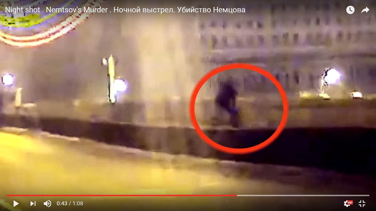 Сердобольный прохожий помогает Немцову перейти мост.