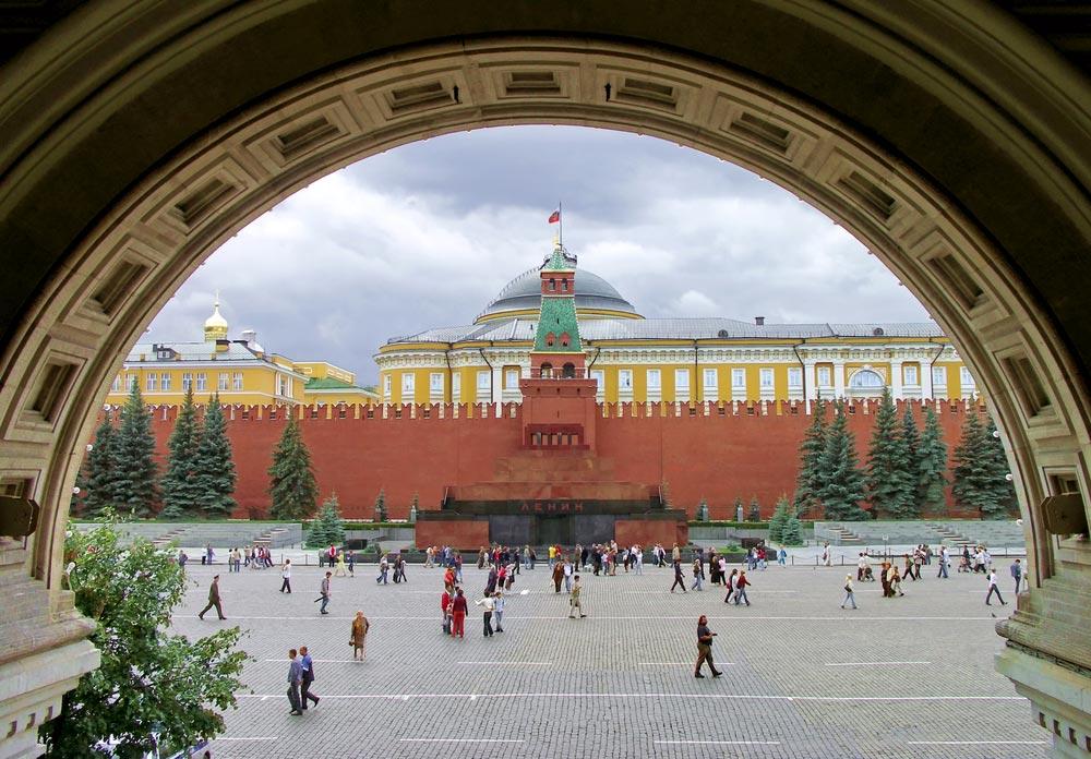 Выход из ГУМа на Красную Площадь - идеальное место.